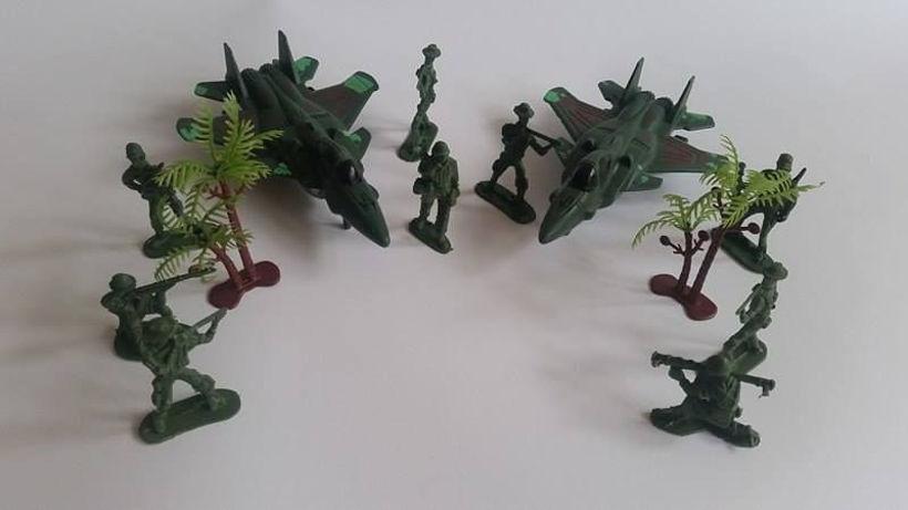 Комплект Комбат с войници и със самолети Combat